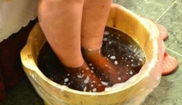 男子熱水泡腳十多分鐘 雙腳腫脹被截肢