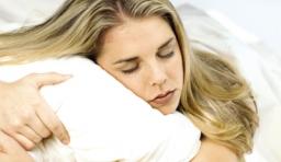 這 7 件事 正在危害你的 健康睡眠,晚上 9 點後,千萬別做!