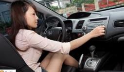 開車的女士請注意!!這女孩差點就死了!(快轉給你的親朋好友救她們一命)