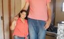 巴西第一巨人身高超2.3米 迎娶1.5米新娘