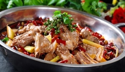 老公最喜歡吃排骨,周末做了一道干鍋排骨,被老公一個人全吃完了